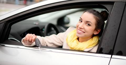 vrouw, auto, autosleutels, schade particulier, autoverzekering, verkeer